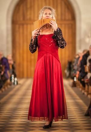 Concert panfluit in de kerk: Lopend door de kerk